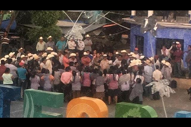 Pobladores de Teopantlán continúan con toma de alcaldía