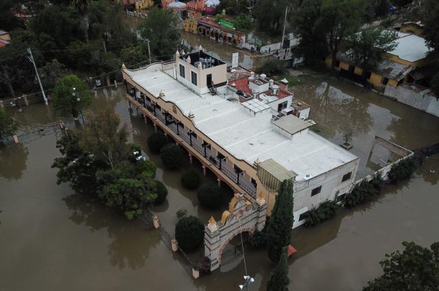 Se inunda Tequisquiapan, Querétaro, y gente sale en lanchas