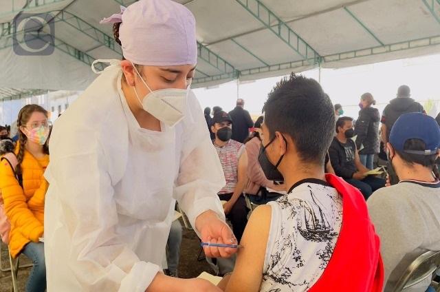 Madrugan en Teziutlán para aplicarse la vacuna anti covid