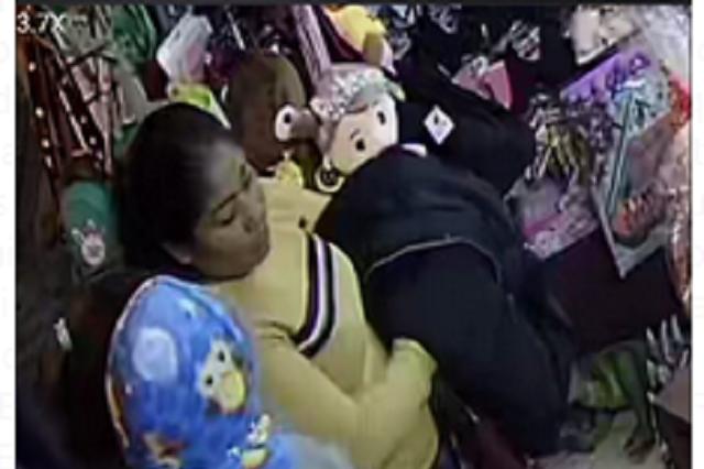 Cámara capta robo a tienda de regalos en Teziutlán