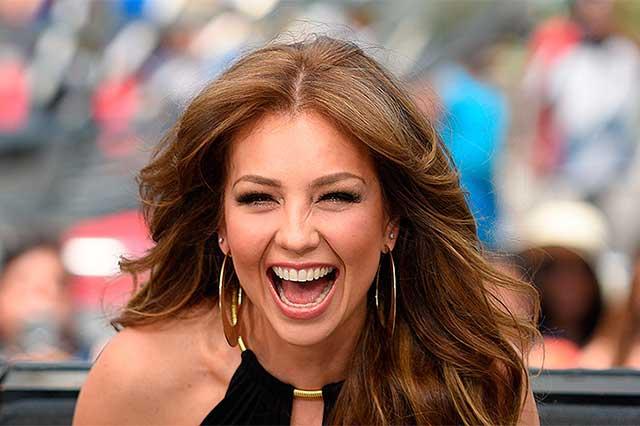 Thalía se lanza a los brazos de sus seguidores tras ser llamada #LadyBájate