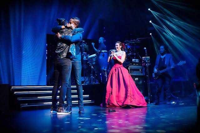 Thalía presta escenario a pareja gay para comprometerse en matrimonio