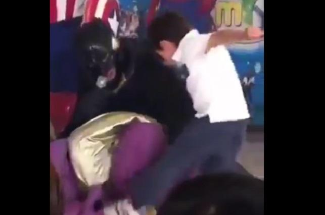 Video viral: Niño que patea a hombre disfrazado de Thanos inspira memes