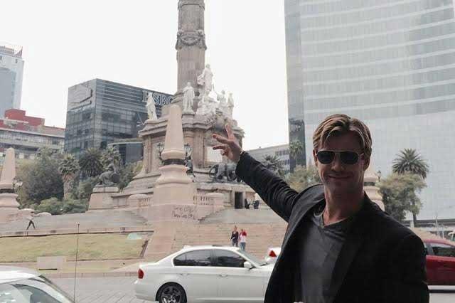 Mandan a Chris Hemsworth por las Thor-tillas y no regresa, bromean en FB