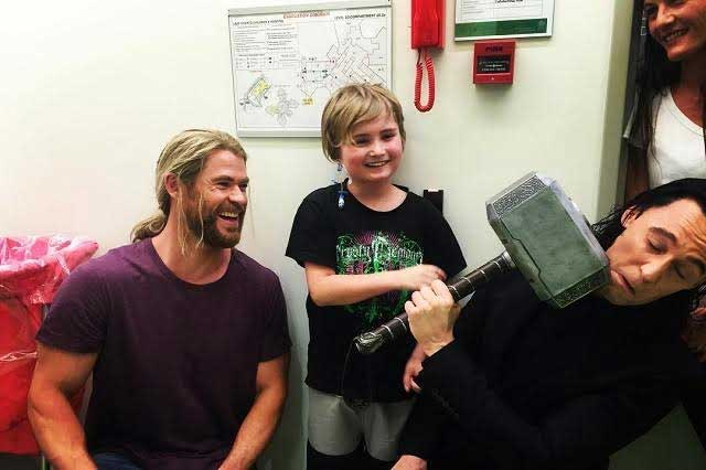 Chris Hemsworth y Tom Hiddleston visitan hospital infantil en Australia