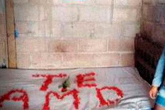Escribe con pétalos de rosa sobre la cama Te Amo y luego se suicida