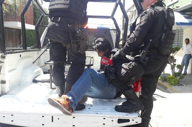 Con tijeras amenaza a joven para asaltarla pero policías lo atrapan