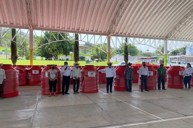 En sequía apoyan con tinacos a familias de Texcalapa de Juárez