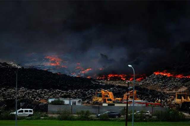 Se incendia el mayor tiradero de llantas usadas de Europa