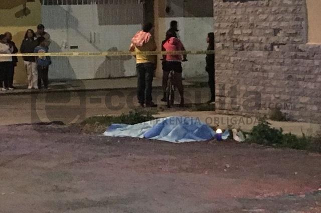 Tiran cadáver en calles de Nueva Resurrección; lo molieron a golpes