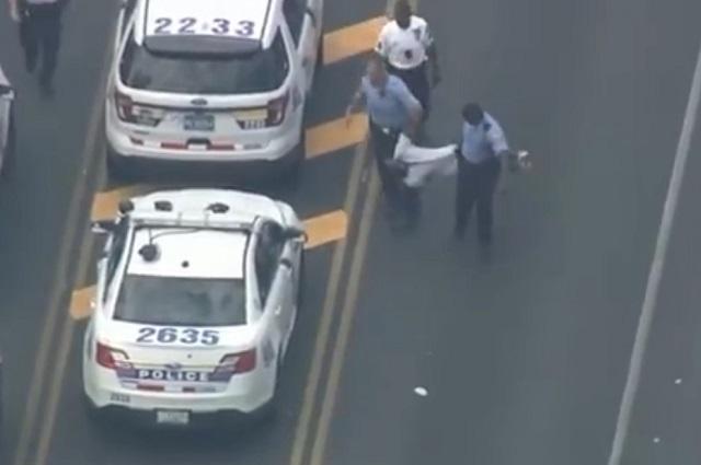 Graban captura de uno de los que tirotearon a policías en Filadelfia