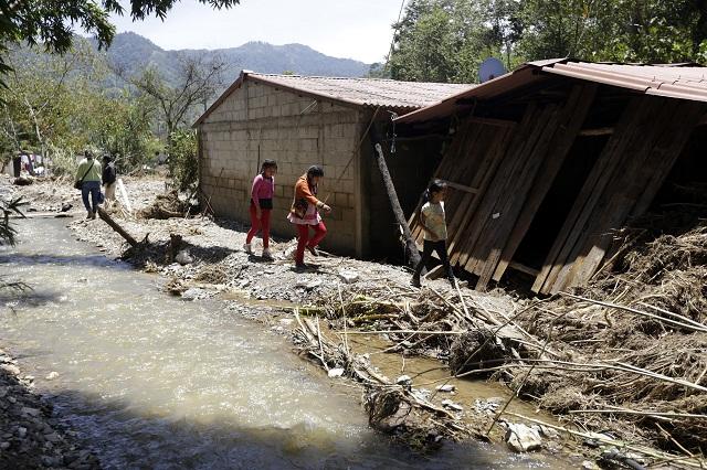 Reubicarán tres escuelas en Tlaola y rehabilitarán otros 202 planteles