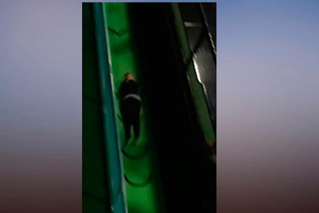 Impactante: mujer se lanza por un tobogán y se rompe los tobillos