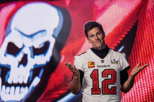 Tom Brady lanza trofeo de Superbowl hacia otro barco en festejo de Buccaneers