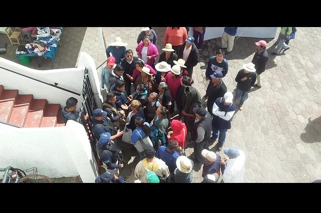 Ahora toman alcaldía de Juan C. Bonilla en rechazo a edil y colector