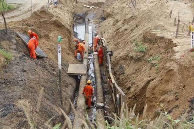 Pemex reporta que huachicoleros ordeñan 28 ductos al día