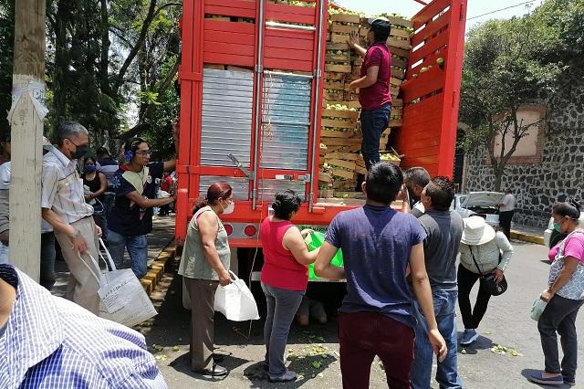 Productor regala 800 kilos de tomate en Atlixco
