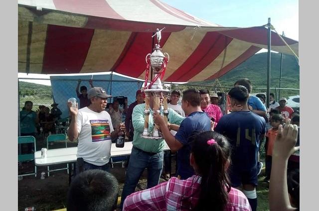 En Tepexco permiten torneos de futbol e inauguran obras pese a Covid