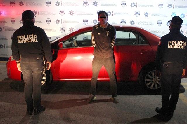 Policías lo bajan del Toyota robado que manejaba en Puebla