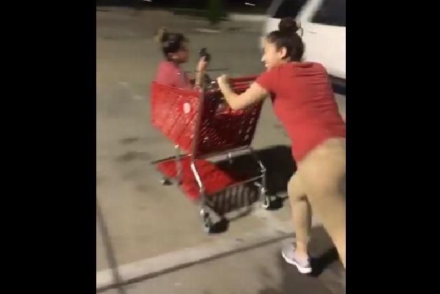 Despiden a trabajadora por broma que hizo a su amiga en estacionamiento