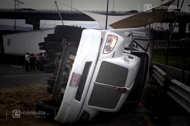 Tráiler sufre volcadura y se incendia sobre la carretera México- Veracruz
