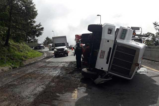 Volcadura de tractocamión cierra la autopista Puebla Orizaba