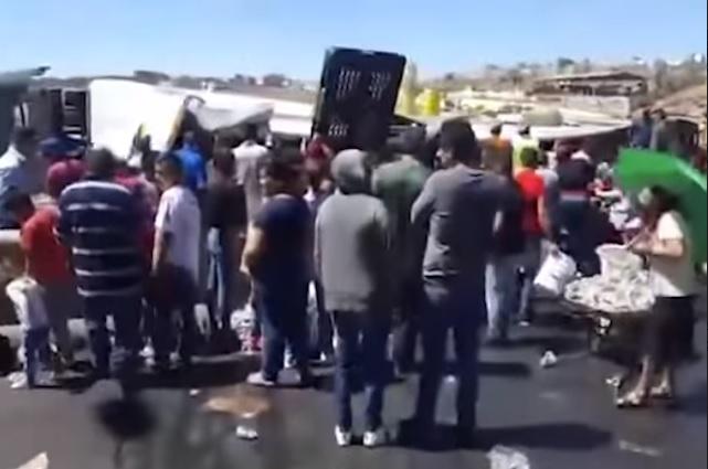 Vuelca camión de cerveza y pobladores aprovechan para robar