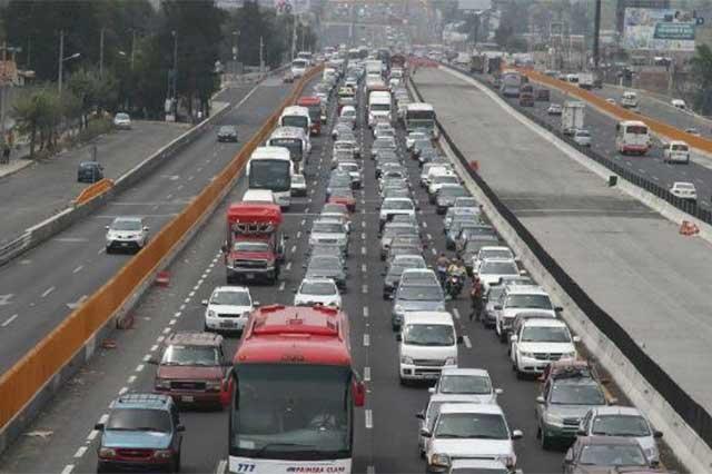 Reducen carriles en la México-Puebla por volcadura de tráiler
