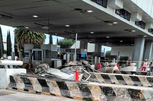 Tráiler se impacta en caseta México-Puebla y deja tres muertos