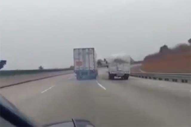 Terror en la carretera: Tráiler se queda sin frenos y sufre volcadura