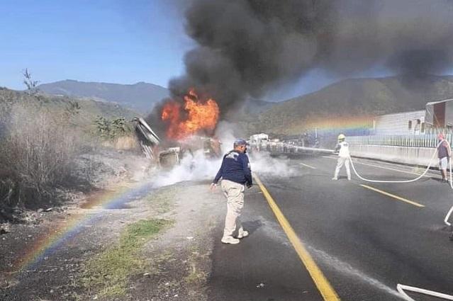 Tráiler se incendia en la autopista Puebla-Orizaba