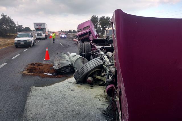 Muere trailero tras choque y volcadura en la carretera Puebla-Orizaba