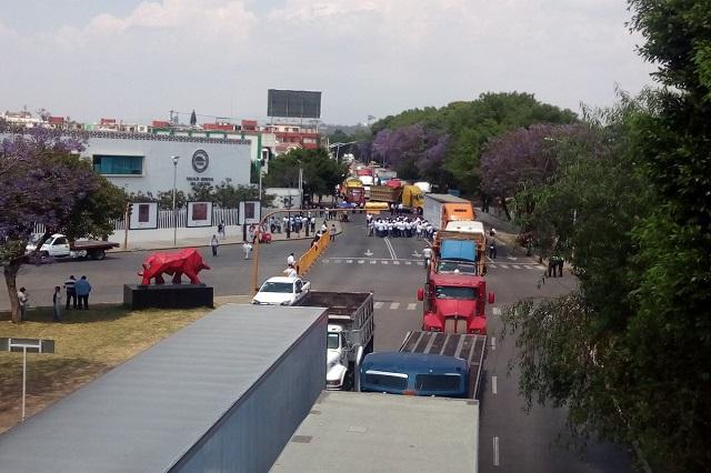 Transportistas protestan y bloquean el bulevar 5 de mayo