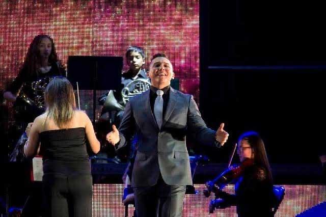 Edwin Luna y Trakalosa de Monterrey rinden homenaje a Juan Gabriel