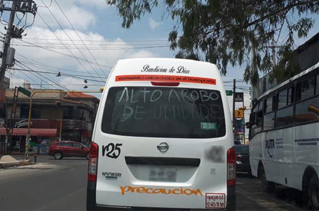 Con pintas, choferes de combis exigen frenar robos en Puebla