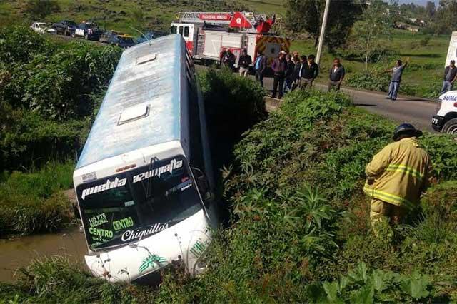 Camión de transporte público cae en barranca de Azumiatla