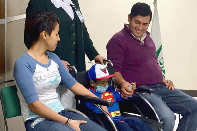 Médicos del IMSS realizan con éxito trasplante de hígado de padre a hijo