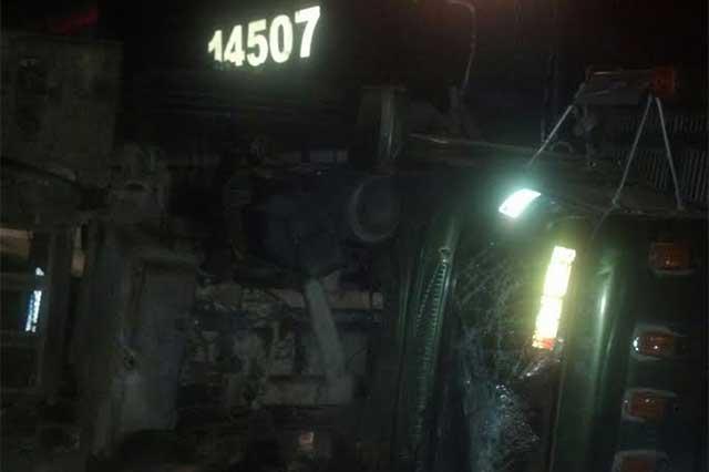 Tren arrolla a camión cargado de papayas y su conductor huye