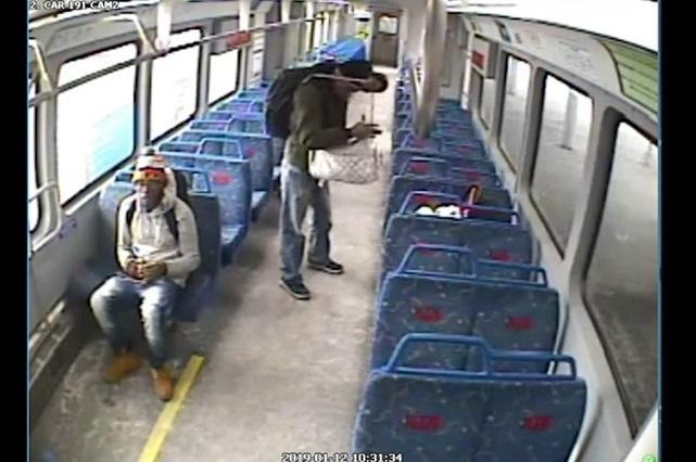 Por fumar deja a su bebé en vagón y el tren parte sin él