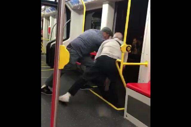 Intentaron sacar a un joven de un tren por llevar música muy fuerte