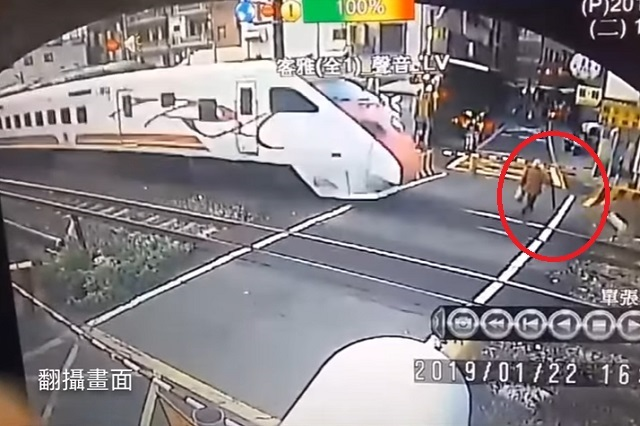 Mujer se salvó poco de perder la vida arrollada por un tren