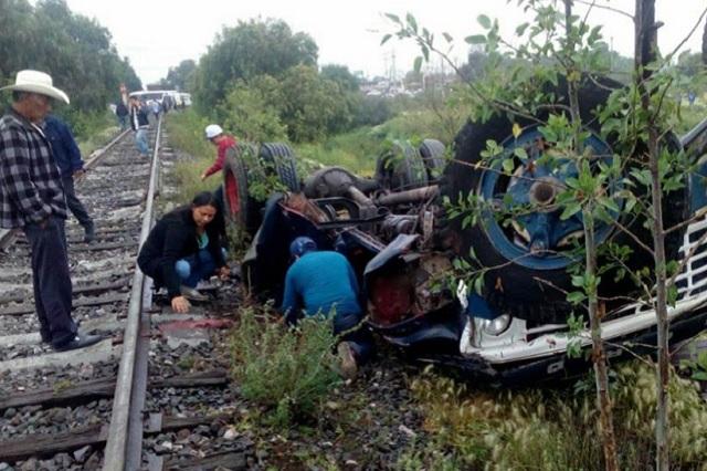 Se lleva el tren a un Torton en Tecámac y el conductor resulta herido