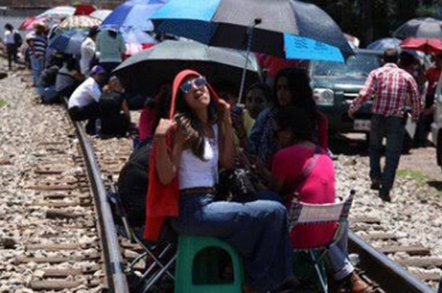 Pese a Guardia Nacional, CNTE bloquea paso de trenes