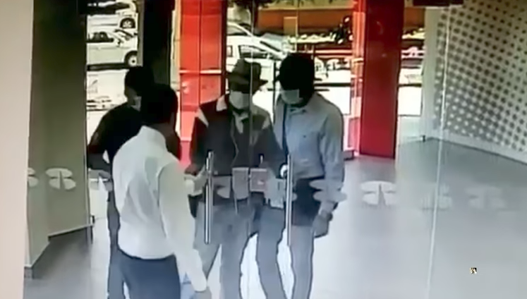 Video: 3 sujetos intentan robar un banco y un policía les cierra la puerta