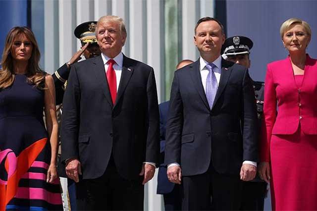 Primera dama polaca evita saludar a Trump y le da la mano a Melania