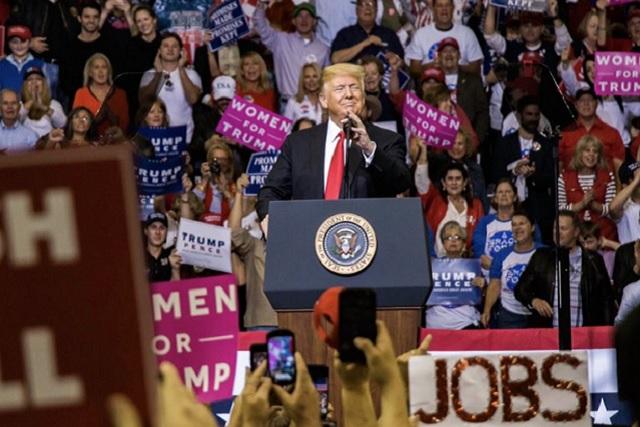 Juez ordena a Trump que le devuelva la acreditación a reportero de CNN