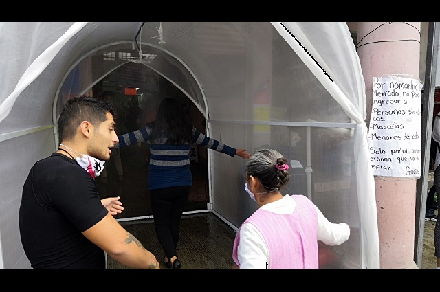 En mercados de Teziutlán se niegan a usar cubrebocas y túneles sanitizantes
