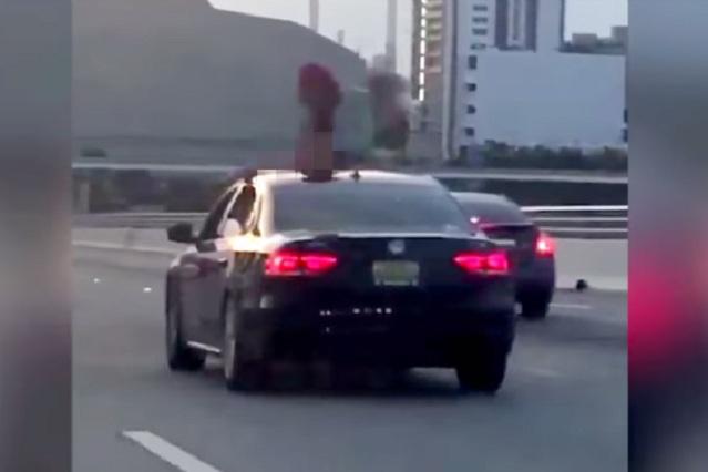 Twerking  extremo: Chica realiza sexy baile sobre auto en movimiento