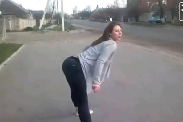Chica hace provocativo twerking en la calle y ocasiona brutal accidente