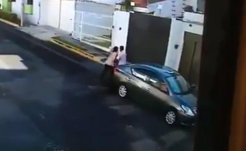 VIDEO: Pide un Uber y el chofer intenta asaltarla en El Mirador